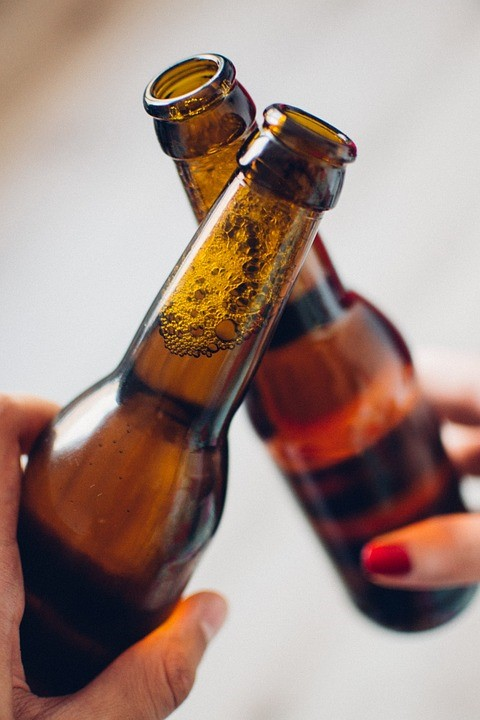 For many college students, drinking heavily and experimenting with drugs is almost considered a rite of passage.It's assumed that everybody does it. That isn't necessarily the reality, although it can be difficult not drink at college. For those who choose to stay sober, today's climate of binge drinking can make avoiding alcohol a challenge.